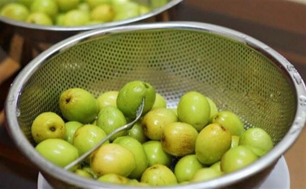 rửa táo và xiên lỗ quanh các quả táo