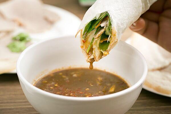 Pha nước chấm món bánh tráng cuốn thịt heo ngon không ngừng chấm