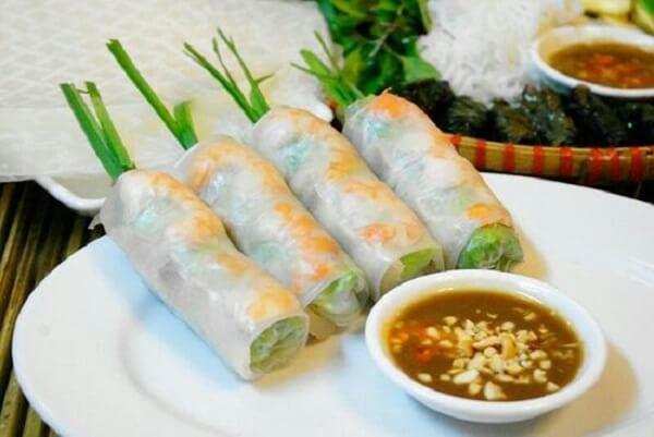 Bánh tráng cuốn thịt heo – một món ăn được coi là đặc sản của đất Đà Thành.