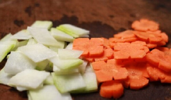 Cà rốt đem thái thành từng miếng nhỏ.