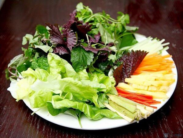 Chuẩn bị phần rau - cách làm món phở cuốn