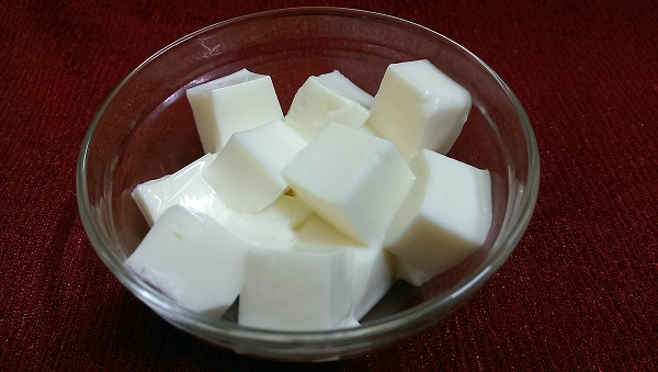 Sữa chua dẻo - một món ăn quen thuộc với hầu hết các bạn trẻ.