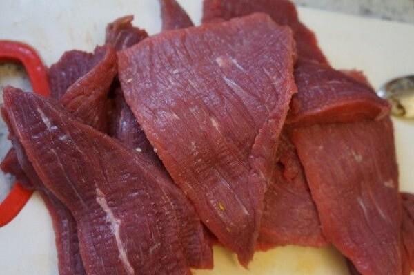 Thịt bò đem rửa sạch, cắt lát mỏng
