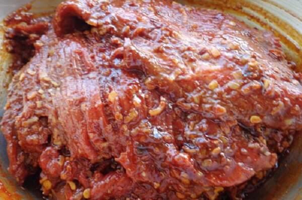 Cách làm khô bò, thịt bò được tẩm ướp gia vị và để trong tủ lạnh 1 thời gian