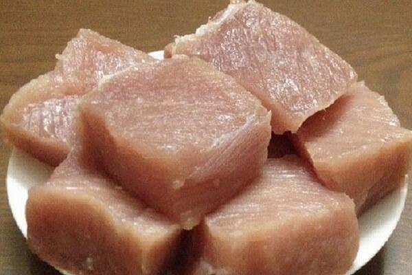 Cắt thịt heo thành miếng vuông 10cm