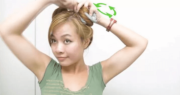 Dùng khăn mặt để có mái tóc xoăn tự nhiên.