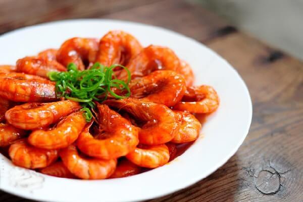 Tôm xào chua ngọt món ngon dùng cùng cơm trắng (Ảnh: Internet)