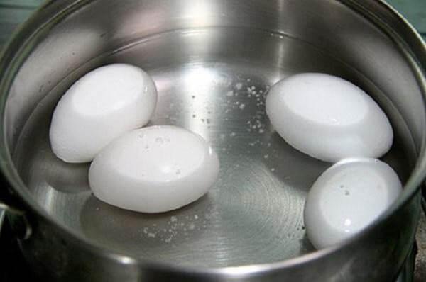 Cho trứng vào nồi và đổ ngập nước