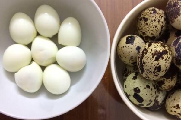 Sau khi trứng cút chín, bạn nên thả trứng vào nước lạnh cho dễ bóc vỏ.