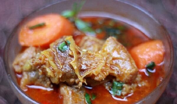 Cho cà rốt vào hầm cùng thịt bò