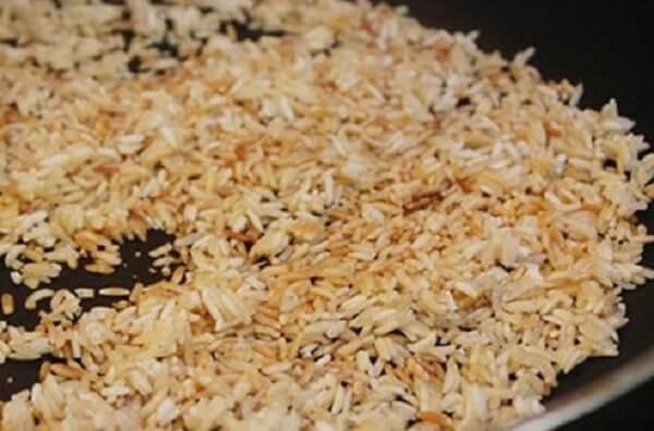 Gạo bạn có thể đem rang qua trên chảo