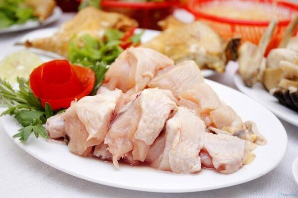 Thịt gà chặt miếng vừa ăn