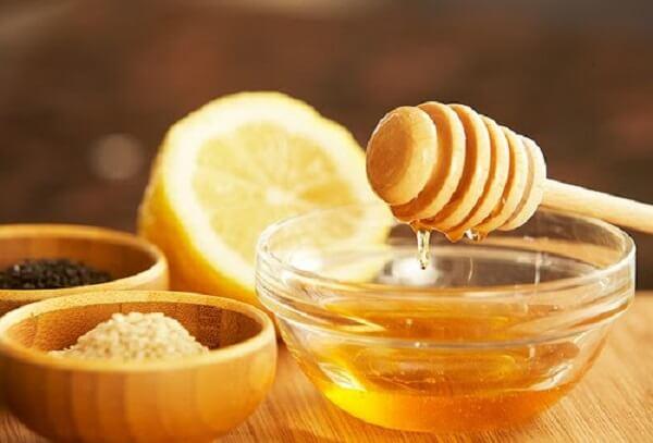 Dùng baking soda, nước cốt chanh và mật ong.