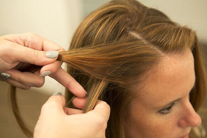 Bạn lấy hai lọc tóc nhỏ ở một bên mai.
