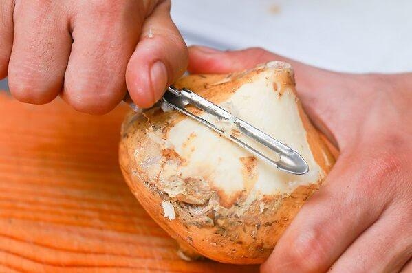 Có thể dùng dụng cụ gọt cà rốt hay khoai tây để thực hiện công việc này