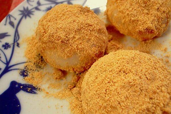 Bánh mochi kinako được ăn cùng với bột đậu nành nướng