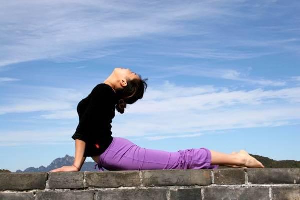 Upward-Facing Dog là bài tập yoga giảm mỡ bụng đầu tiên bạn nên làm quen