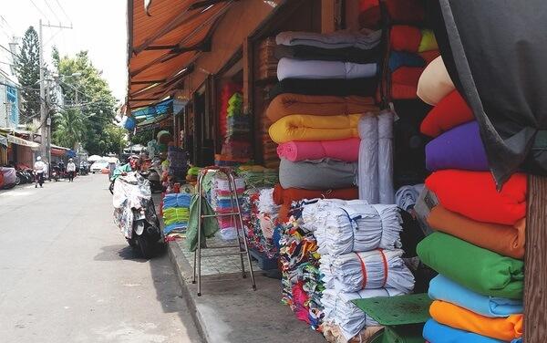 Chợ vải đường Lê Minh Xuân, quận Tân Bình