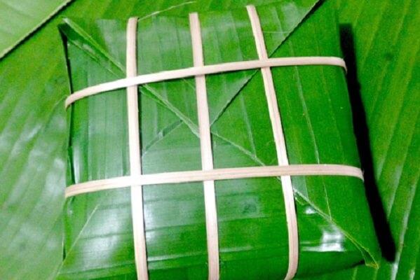 Buộc thêm lạt để bánh thêm chặt và đẹp hơn.