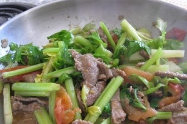 Cách làm lưỡi bò xào tỏi tây thơm ngon đậm đà