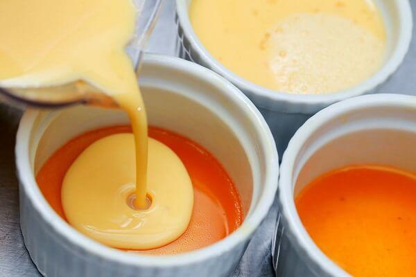 Cho hỗn hợp trứng sữa vào các bát caramen