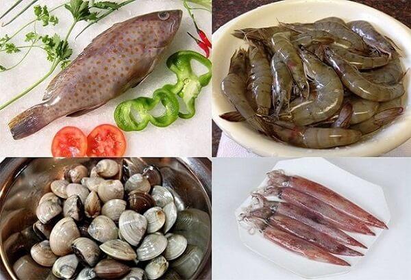 Bạn chuẩn bị hải sản để nấu lẩu.
