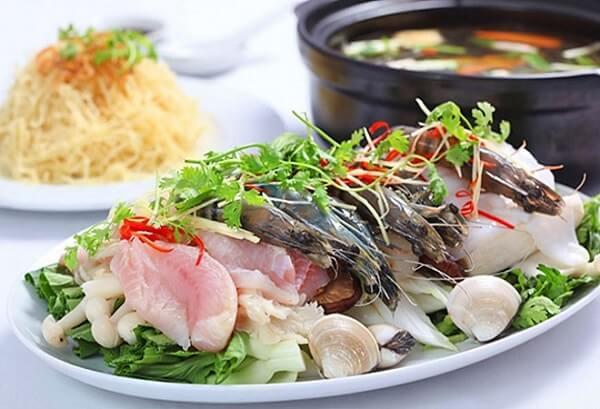 Bạn chuẩn bị lẩu hải sản để thưởng thức.