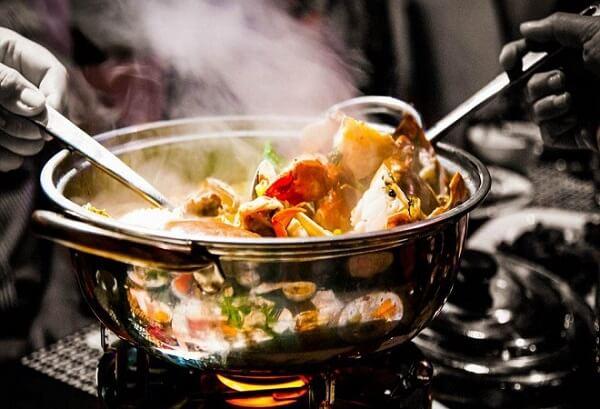 Nồi lẩu hải sản ngon tỏa hương thơm hấp dẫn.