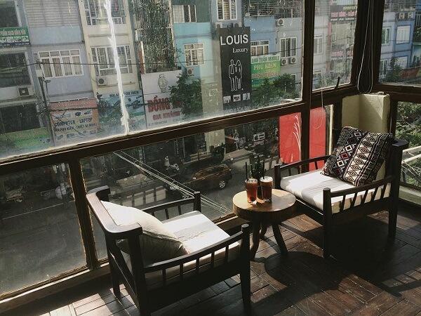 Những chiếc ghế salon êm ái là vài chiếc gối ôm họa tiết vintage độc đáo