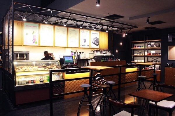 Nhìn từ bên ngoài thì có lẽ bạn sẽ thấy Vpresso coffee khá giống tiệm bánh ngọt.