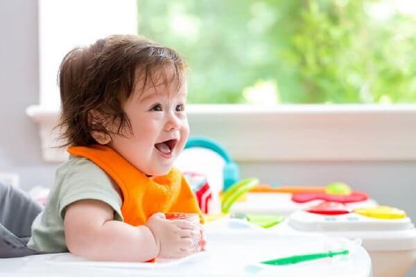 Khi tập cho bé ăn dặm, mẹ nhớ cho bé ngồi bàn ăn để bé tập thói quen ăn uống tốt ngay từ khi còn nhỏ nhé!