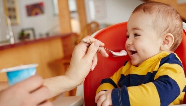 Có thể cho bé ăn thêm sữa chua nguyên chất không đường