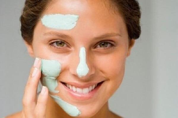 Trị mụn đầu đen ở mũi bằng kem đánh răng và bàn chải đánh răng là biện pháp tốt để loại bỏ mụn đầu đen