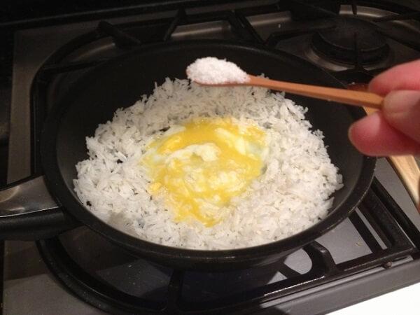 Khi cơm đã tơi ra bạn cho hết phần lòng đỏ trứng đã đánh vào cơm - Ảnh Internet