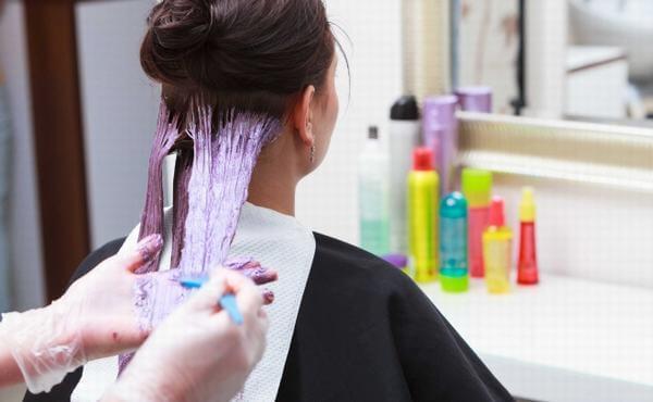 Bà bầu nên cân nhắc việc nhuộm tóc trong 3 tháng đầu thai kỳ - Ảnh Internet