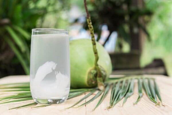 Om vịt và sấu với nước dừa tươi giúp món ăn đậm vị và thơm hơn rất nhiều