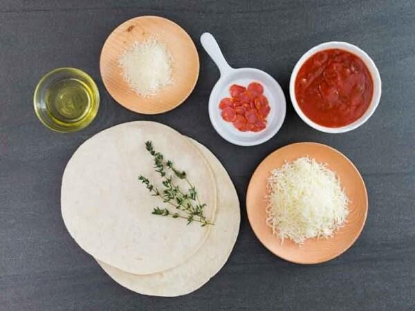 cách làm pizza xúc xích bằng chảo chống dính 1
