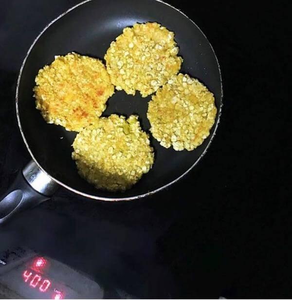 Cho chảo lên bếp đun nóng