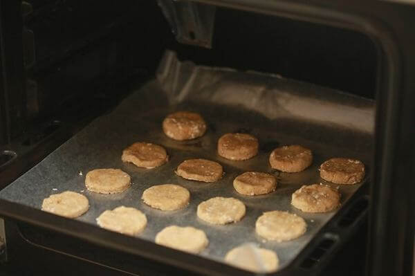 Xếp bánh vào khay nướng