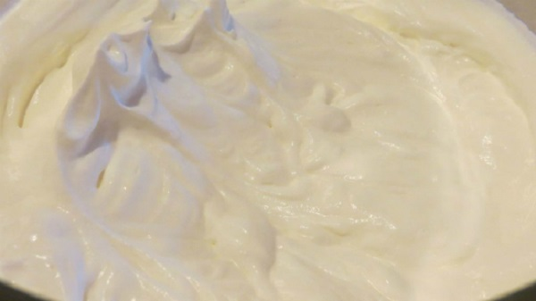 Đánh bông whipping cream lên – kem trà xanh