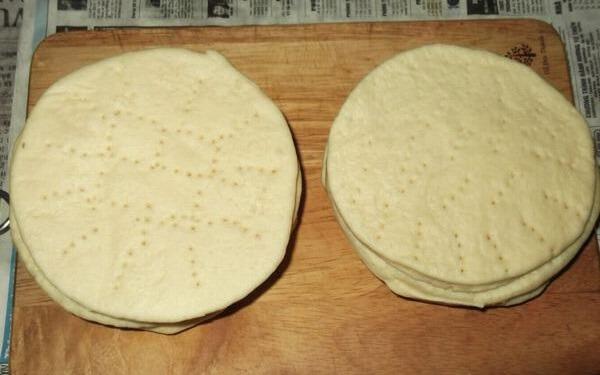 Kế tiếp bạn sẽ lấy bột đã nở ra và cán thành hình tròn