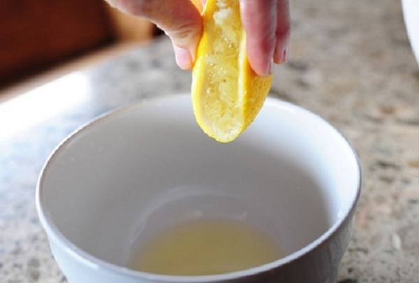 Vắt lấy nước cốt chanh để trộn với cà chua