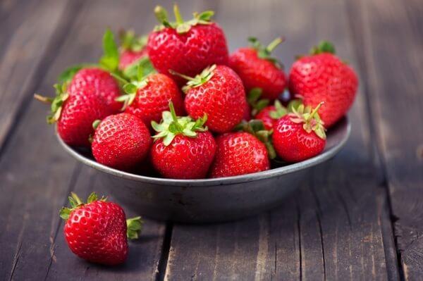 Nên chọn những trái dâu tươi – cách làm sinh tố dâu ngon