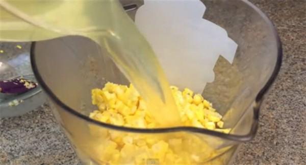 Cách làm sữa bắp ngon – cho nước ngô luộc và ngô đã tách hạt vào máy xay sinh tố xay nhuyễn