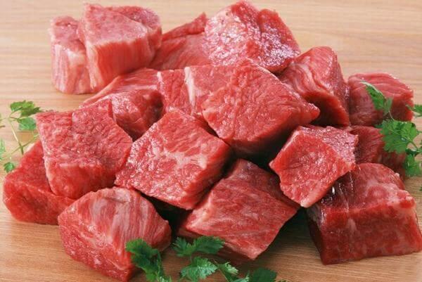 Thái thịt bò thành những miếng vừa ăn - Ảnh Internet
