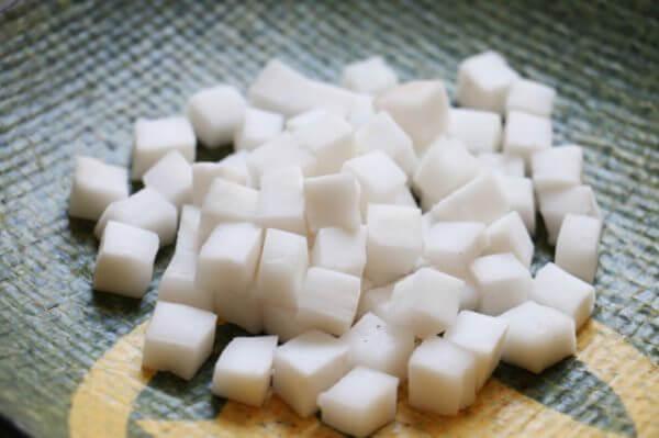 Cùi dừa thái lựu – cách làm chè bột lọc
