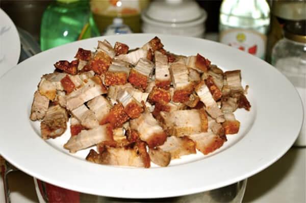 Thái nhỏ thịt heo quay – cách làm chè bột lọc