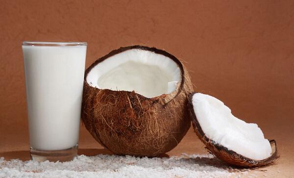 Nước cốt dừa có dạng lỏng, màu trắng sữa và mịn