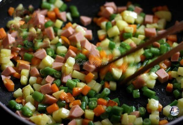 Cho cà rốt và khoai tây vào xào chín