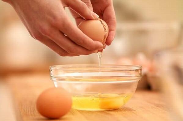 Tách lòng đỏ và lòng trắng trứng ra